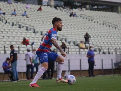 Meia Lucas Lima com a bola no jogo Fortaleza x Atlético-MG, na Arena Castelão, pela Série A