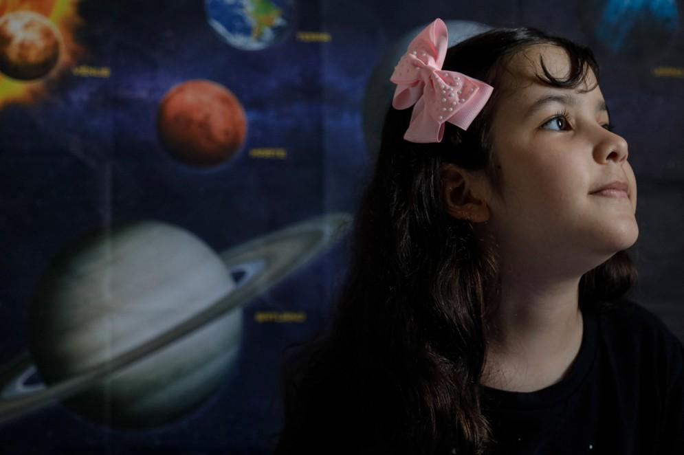 Quando Nicole Oliveira começou a dar os primeiros passos, ela ergueu os braços para o céu, tentando pegar o estrelas.(Foto: JARBAS OLIVEIRA / AFP)