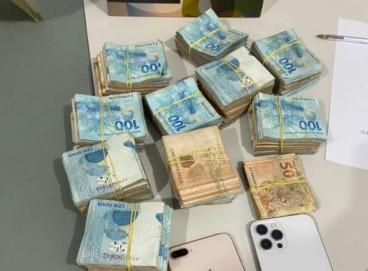 Dentro do carro dos suspeitos foram encontrados aparelhos celulares, dinheiro e drogas