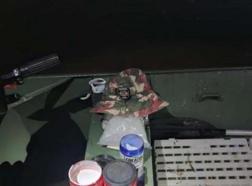Armas e drogas estavam entre o material encontrado pelos agentes