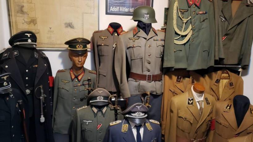 Foram encontradas 12 fardas nazistas originais na casa do acusado (foto: Paolla Serra/Reprodução)