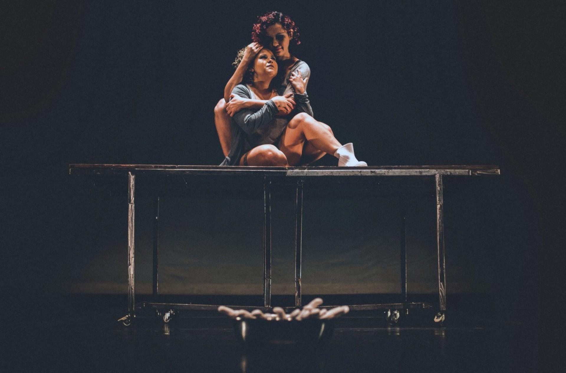 """Monique Cardoso no espetáculo """"Aquelas"""", ao lado da atriz Juliana Veras(Foto: Henrique Kardozo/Divulgação)"""