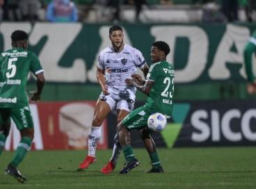 Atacante Hulk e volante Renê Júnior disputam bola no jogo Chapecoense x Atlético-MG, na Arena Condá, pela Série A