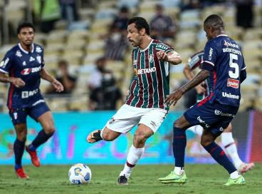Zagueiro Marcelo Benevenuto marca atacante Fred no jogo Fluminense x Fortaleza, no Maracanã, pelo Campeonato Brasileiro Série A