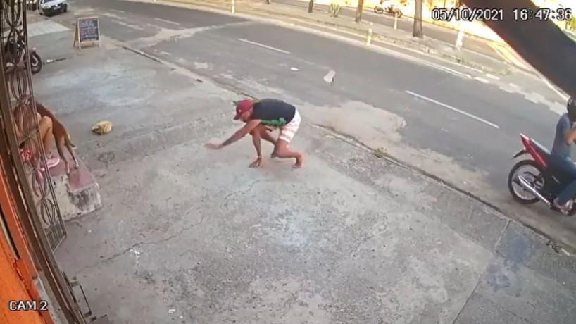 Homem tropeça, quebra a chinela e é mordido por cachorro ao tentar assaltar vítimas (foto: reprodução/Vídeo )