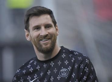 O atacante argentino do Paris Saint-Germain Lionel Messi sorri antes do jogo de futebol francês L1 entre o Stade Rennais (Rennes) e o Paris Saint-Germain no Parque Roazhon em Rennes em 3 de outubro de 2021.