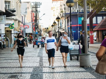 """Na Capital, a média móvel de casos está em queda """"quase initerruptamente"""" desde a segunda quinzena de maio. Na foto, movimentação na Praça do Ferreira"""