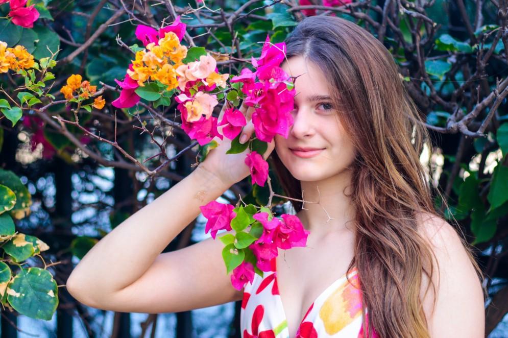 Atriz Any Maia, 13, habita o fabuloso mundo entre a infância e a adolescência (Foto: Barbara Moira)