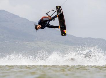 A paulista Bruna Kajiya, tricampeã mundial de kitesurf, estará no litoral cearense para disputar o primeiro rali de kitesurfe do mundo