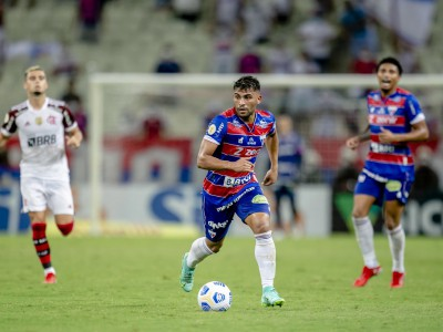 Volante Ronald mira partida do Fortaleza contra o Atlético-MG, pela Copa do Brasil