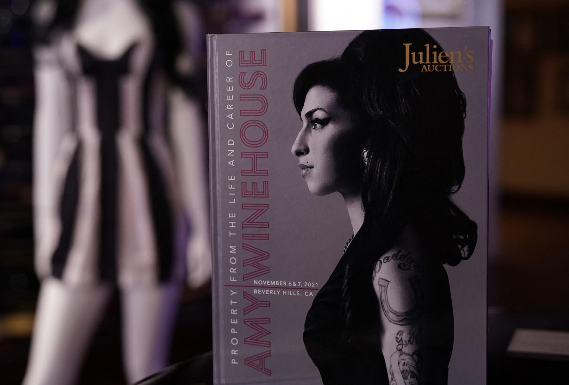 Peças pessoais de Amy Winehouse vão para leilão (Foto: TIMOTHY A. CLARY / AFP)