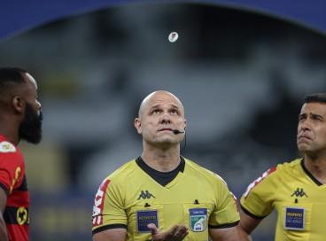 Árbitro Vinicius Gonçalves Dias Araújo no jogo Atlético-MG x Sport, no Mineirão, pelo Campeonato Brasileiro Série A