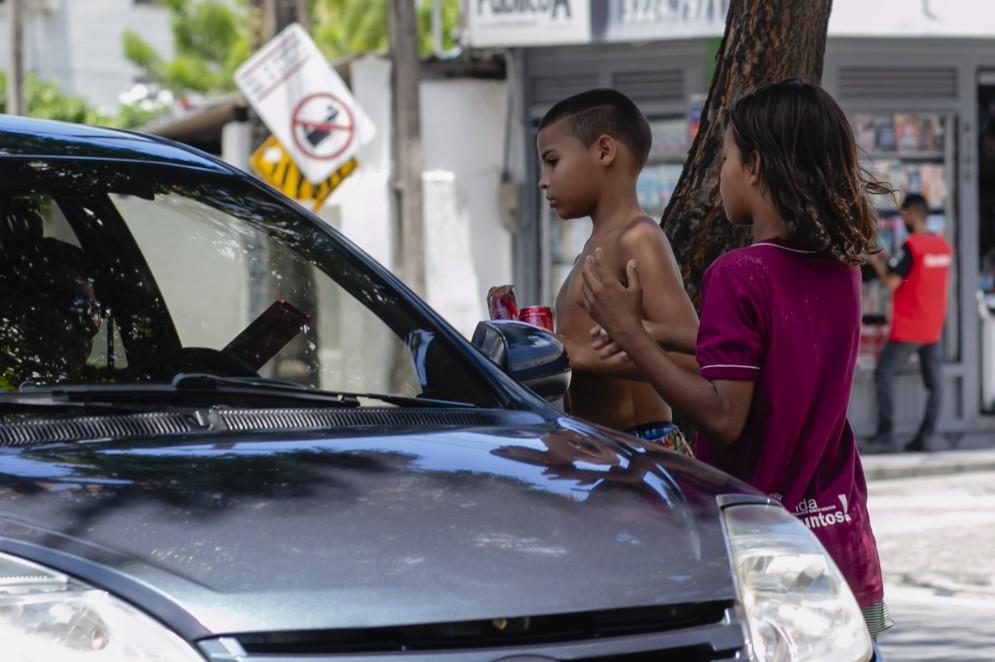 Durante o Dia das Crianças, menino e meninas em situação de rua na Avenida Barão de Studart, em Fortaleza