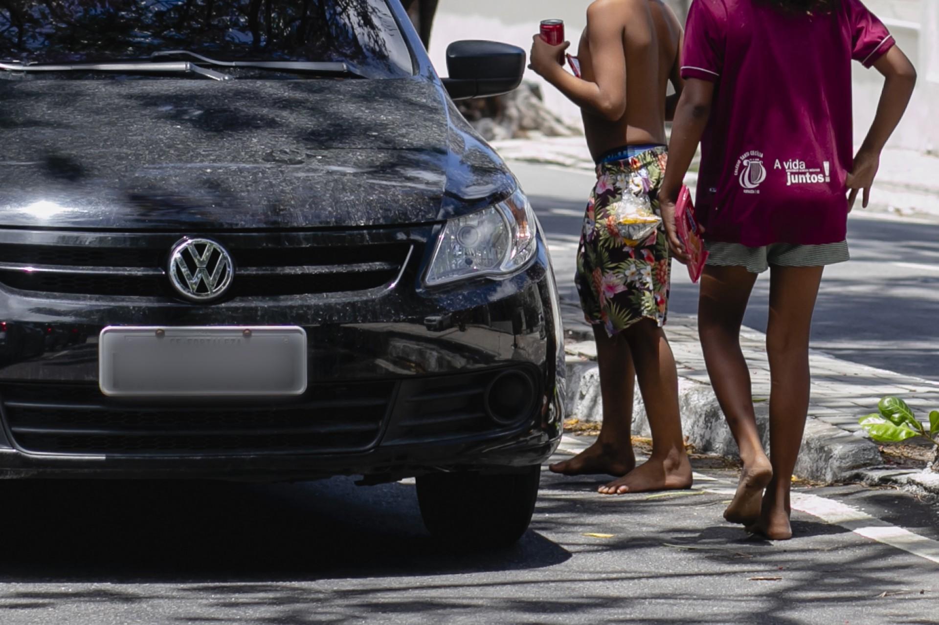 Crianças em situação de rua em semáforo nesta terça (Foto: Aurelio Alves)
