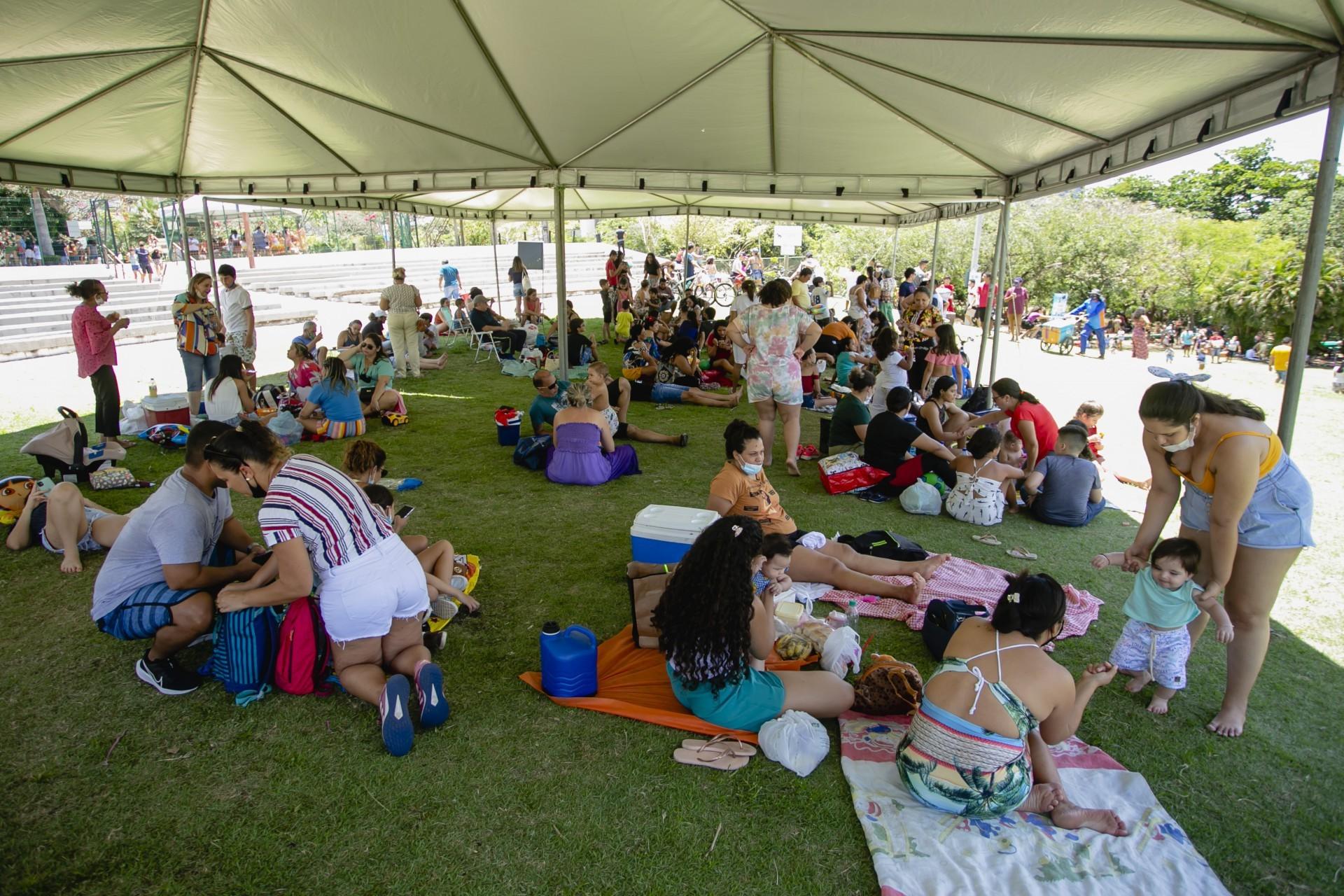 (Foto: Aurelio Alves)Famílias com crianças pequenas aproveitam o dia para brincar no Parque do Cocó durante o feriado desta terça-feira