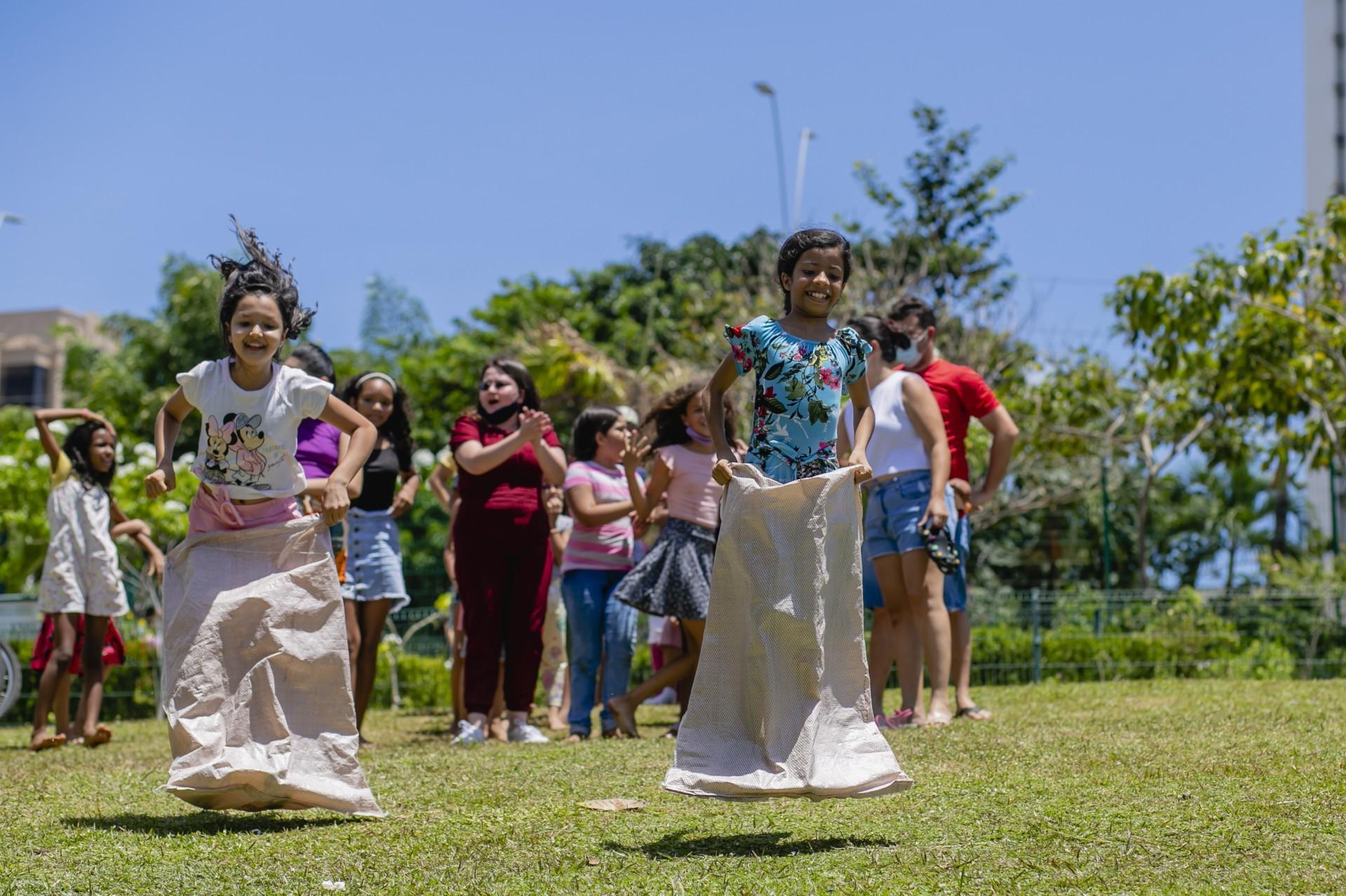 (Foto: Aurelio Alves)Crianças brincam de pular no saco no Parque do Cocó durante o feriado desta terça-feira
