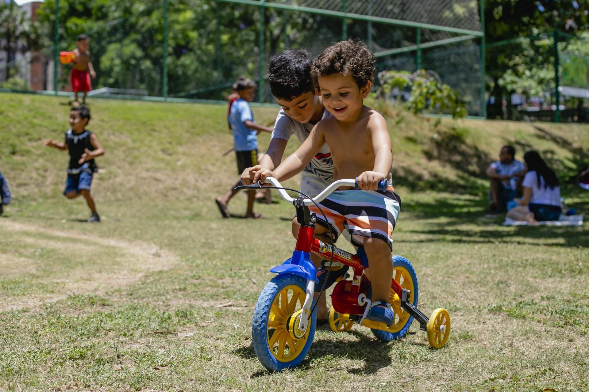 Bernardo, de 2 anos,  e o David Luiz, 6 anos, no Parque do Cocó na manhã desta terça, 12 (Foto: Aurélio Alves)