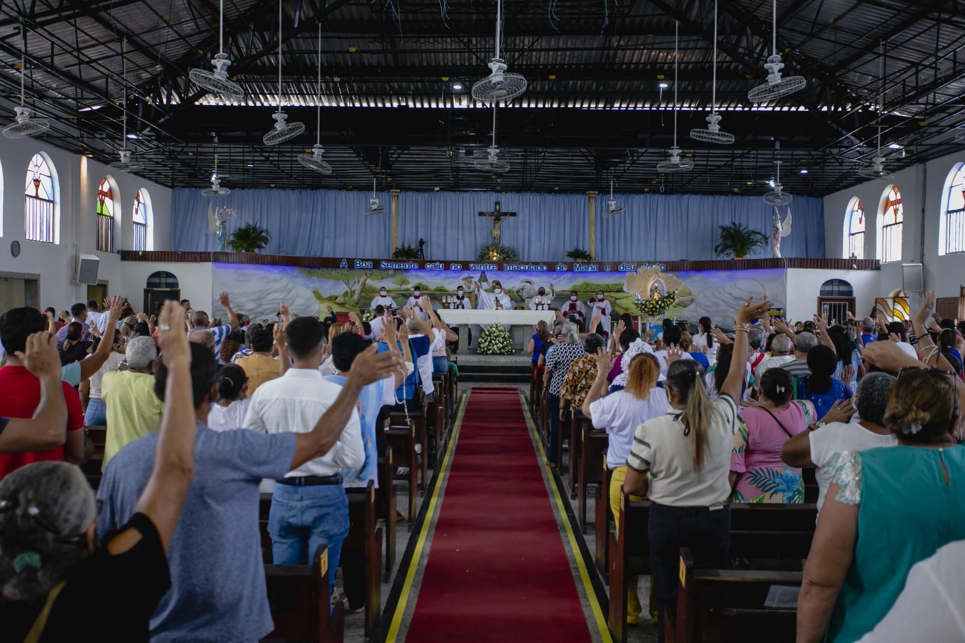 Fiéis lotam missa na Paróquia de Nossa Senhora Aparecida, no bairro Montese, durante as celebrações desta terça-feira (Foto: Aurélio Alves)