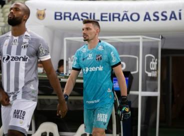 Goleiro João Ricardo entra em campo no jogo Ceará x Internacional, na Arena Castelão, pelo Campeonato Brasileiro Série A