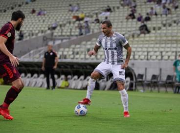Meia Vina com a bola no jogo Ceará x Internacional, na Arena Castelão, pelo Campeonato Brasileiro Série A