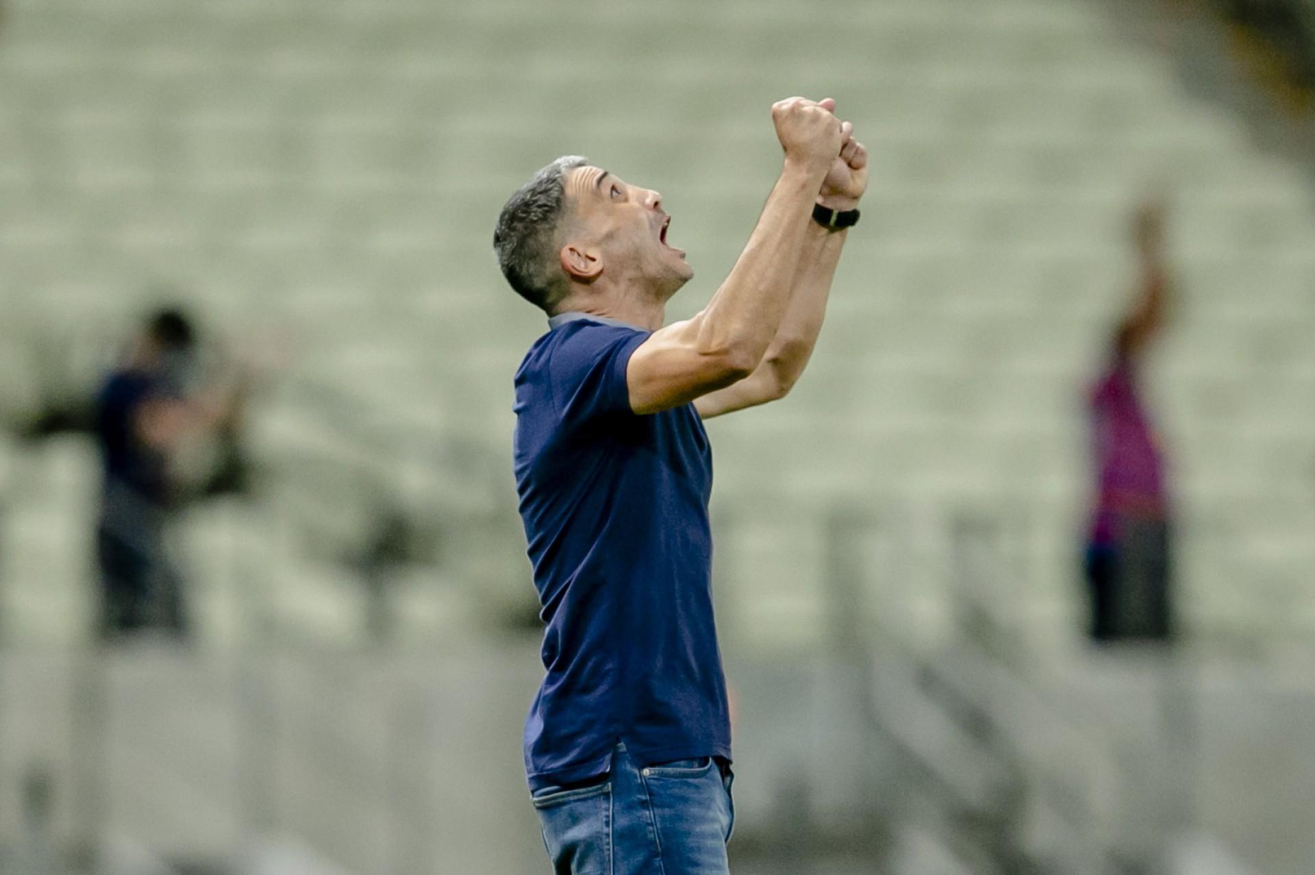 Técnico do Fortaleza, Vojvoda comemora primeira vitória diante da torcida do clube (Foto: Aurelio Alves)