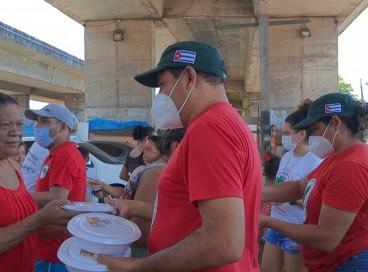 Movimentos populares doam  marmitas a famílias em vulnerabilidade social no viaduto da Avenida Borges de Melo