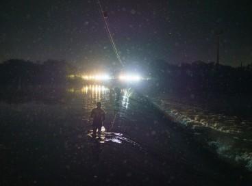 Texas State Troopers bloqueiam o acesso a uma barragem no Rio Grande, em um acampamento do lado da fronteira com os Estados Unidos