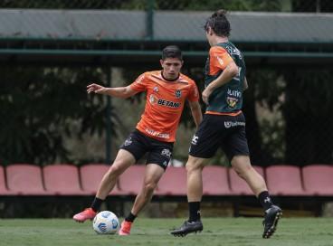 Atacante Savarino com a bola em treino do Atlético-MG na Cidade do Galo