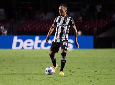 Lateral-esquerdo Bruno Pacheco com a bola no jogo São Paulo x Ceará, no Morumbi, pelo Campeonato Brasileiro Série A