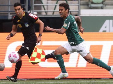 Lateral-direito Marcos Rocha com a bola no jogo Palmeiras x Internacional, no Allianz Parque, pelo Campeonato Brasileiro Série A