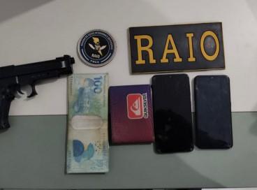 Arma, dinheiro e celulares foram apreendidos após a ação criminosa contra motorista de aplicativo em Caucaia