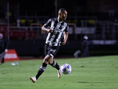 Lateral-direito Igor com a bola no jogo São Paulo x Ceará, no Morumbi, pelo Campeonato Brasileiro Série A