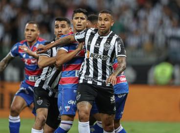 Lateral-direito Daniel Guedes marca volante Jair no jogo Atlético-MG x Fortaleza, no Mineirão, pela Copa do Brasil