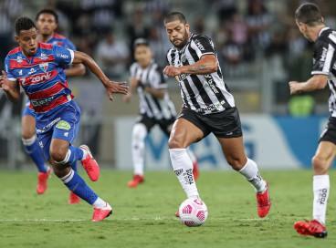 Volante Matheus Jussa marca atacante Hulk no jogo Atlético-MG x Fortaleza, no Mineirão, pela Copa do Brasil