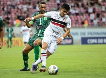 Jogadores disputam bola em lance do jogo Santa Cruz x Floresta, na Arena Pernambuco, pela pré-Copa do Nordeste 2022