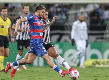 Ala Lucas Crispim e atacante Hulk disputam bola no jogo Atlético-MG x Fortaleza, no Mineirão, pela Copa do Brasil