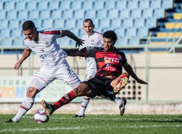 Jogadores de Atlético-CE e Campinense disputam bola em jogo válido pela fase de grupos da Série D do Campeonato Brasileiro