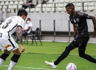 Léo Chú tenta o drible em cima de Fagner, do Corinthians, na estreia do atacante na Série A pelo Ceará