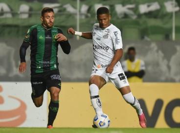 Santos x América-MG se enfrentam hoje, 23, pela Série A do Brasileirão. Veja onde assistir ao vivo à transmissão e qual horário do jogo.
