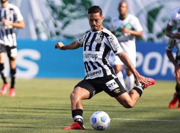 Meia Jean Mota com a bola no jogo Juventude x Santos, no estádio Alfredo Jaconi, pelo Campeonato Brasileiro Série A