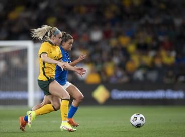 Jogadoras disputam bola no jogo Austrália x Brasil, em amistoso em Sydney