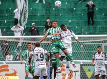 Volante Dawhan e atacante Cléber disputam bola aérea no jogo Juventude x Ceará, no Alfredo Jaconi, pelo Campeonato Brasileiro Série A