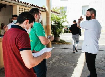 Primeiro dia da realização das provas do concurso público Funsaúde. Participantes checam seus documentos na entrada do local de prova