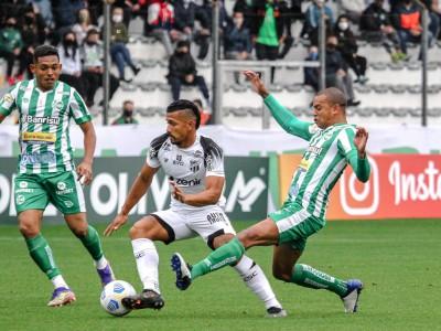 Lateral-esquerdo William Matheus e volante Fernando Sobral disputam bola no jogo Juventude x Ceará, no Alfredo Jaconi, pelo Campeonato Brasileiro Série A