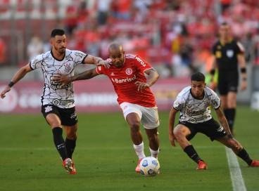 Meia Giuliano e volante Patrick disputam bola no jogo Internacional x Corinthians, no Beira-Rio, pela Série A