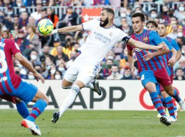 Atacante Benzema chuta a bola no jogo Barcelona x Real Madrid, no Camp Nou, pelo Campeonato Espanhol