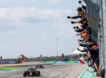 AUSTIN, TEXAS - OUTUBRO 24: Max Verstappen da Red Bull Racing e da Holanda vence o F1 Grand Prix dos EUA no Circuito das Américas em 24 de outubro de 2021 em Austin, Texas. Foto: Peter Fox / Getty Images / AFP
