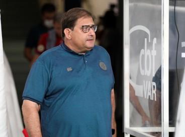 Técnico Guto Ferreira entra em campo no jogo Bahia x Chapecoense, na Arena Fonte Nova, pela Série A
