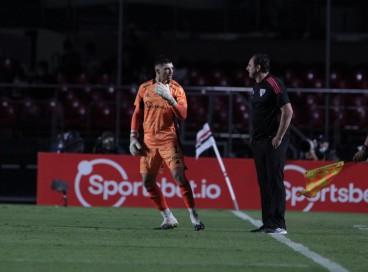 Goleiro Tiago Volpi e técnico Rogério Ceni no jogo São Paulo x Ceará, no Morumbi, pelo Campeonato Brasileiro Série A