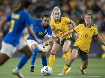Atacante Marta com a bola no amistoso de futebol feminino entre Austrália x Brasil